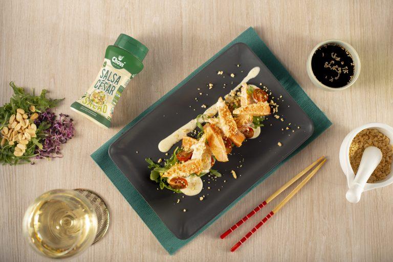 tataki de salmón con salsa césar y rúcula